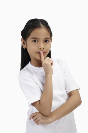 dedo                �ndice: Muchacha con el dedo �ndice a la boca
