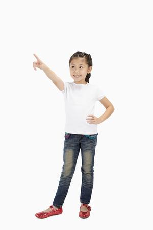 dedo indice: Muchacha feliz que apunta hacia arriba con el dedo �ndice