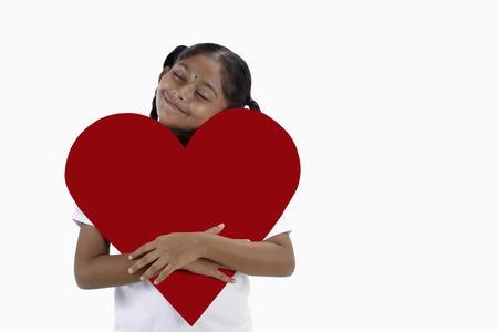 ritagliare: Ragazza che abbraccia un grande taglio fuori cuore