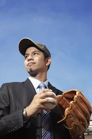 guante de beisbol: Hombre de negocios joven con una gorra equipado con guante de b�isbol y pelota LANG_EVOIMAGES