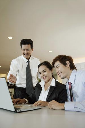 personas mirando: La gente de negocios que buscan en la computadora port�til
