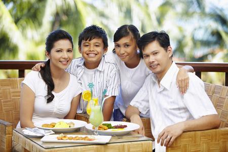 Familia que almuerza junto Foto de archivo - 39114326