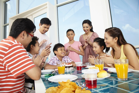personas celebrando: Group of people celebrating boys birthday