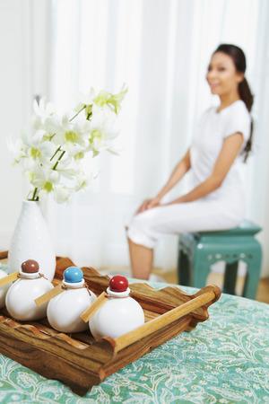 productos de aseo: Artículos de higiene personal del hotel, la mujer sentada en el fondo LANG_EVOIMAGES