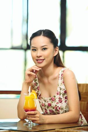 jugo de frutas: Mujer con un vaso de jugo de fruta LANG_EVOIMAGES