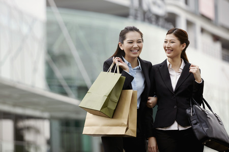retail therapy: Businesswomen outdoors LANG_EVOIMAGES