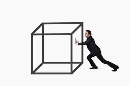 empujando: Hombre de negocios empujando un gran cubo