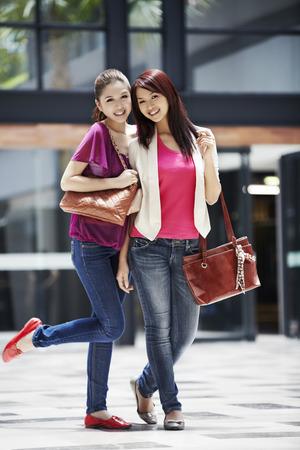 Vrouwen glimlachen naar de camera Stockfoto