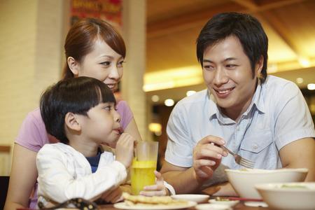 Familie eine Mahlzeit zusammen LANG_EVOIMAGES