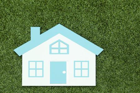 ritagliare: Tagliare casa posta a terra