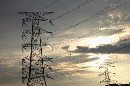 torres de alta tension: Tiro de torres de alta tensión en la salida del sol LANG_EVOIMAGES