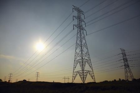torres el�ctricas: Tiro de torres de alta tensi�n en la salida del sol LANG_EVOIMAGES
