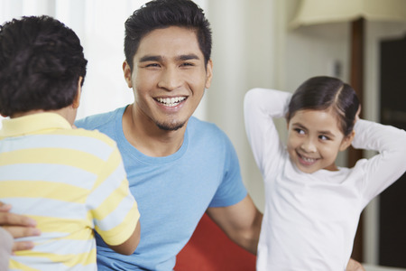 pre adolescent boys: Father talking to his children LANG_EVOIMAGES
