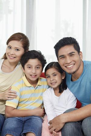 Dört aile neşeyle kameraya gülümseyen