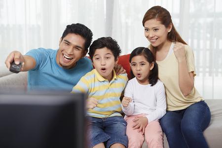 mujer viendo tv: Los padres y los niños viendo la televisión LANG_EVOIMAGES
