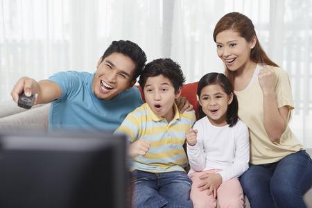 mujer viendo tv: Los padres y los ni�os viendo la televisi�n LANG_EVOIMAGES