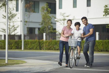 息子の自転車の乗り方を教える親