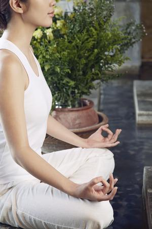 mujer meditando: A young woman meditating