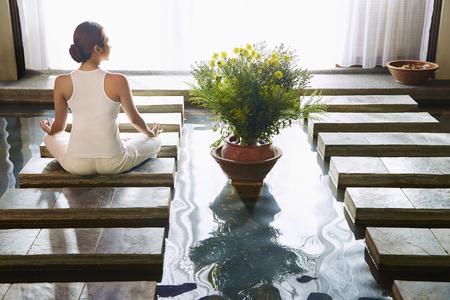 woman meditating: Una joven mujer meditando  LANG_EVOIMAGES