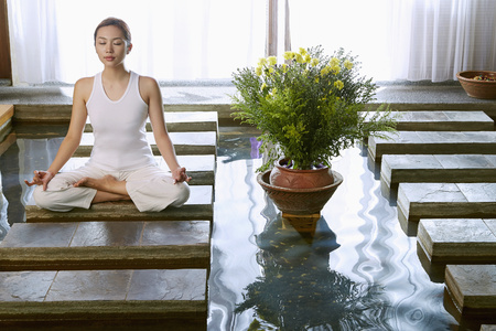 mujer meditando: Una joven mujer meditando  LANG_EVOIMAGES