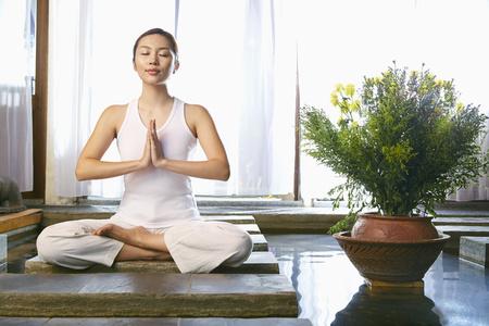 giovane donna: Una giovane donna di meditazione LANG_EVOIMAGES