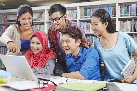 studie: Studenti studují pohromadě v knihovně