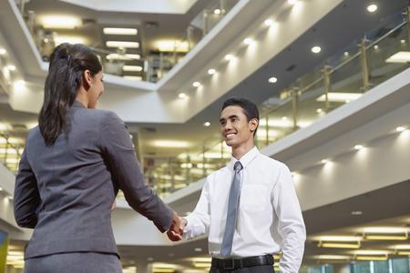 Geschäftspartner Händeschütteln LANG_EVOIMAGES