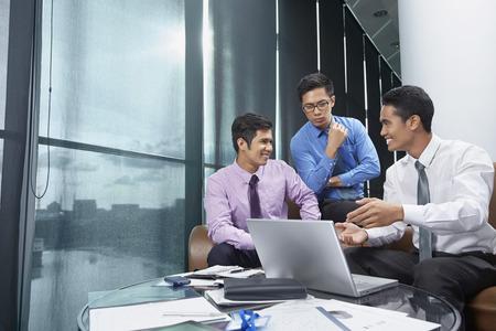 Geschäftspartner mit einer Diskussion LANG_EVOIMAGES
