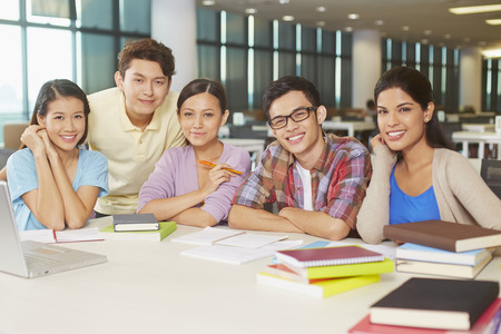 Students having study group in library Banque d'images