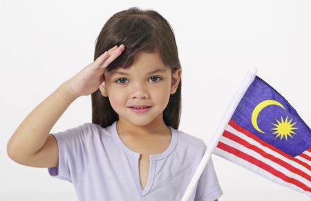 젊은 말레이 여자가 말레이시아 국기를 들고 스톡 콘텐츠