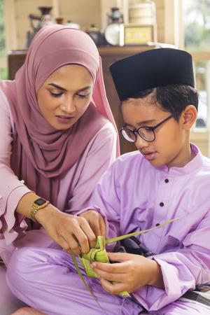 穆斯林家庭编织ketupat