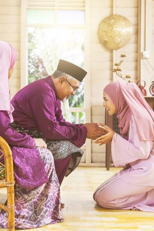 Acte traditionnel de respect dans la famille musulmane à l'occasion de l'Aïd al-Fitr Banque d'images