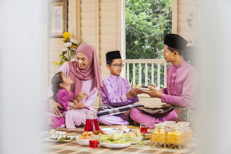 Muslim family feasting during the Eid celebration 免版税图像 - 120409763