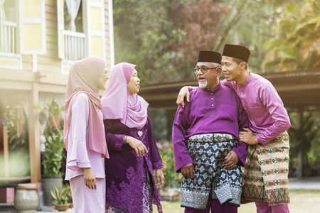 一个穆斯林家庭站在房子外面