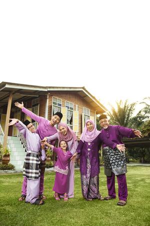 Familia musulmana de pie fuera de su casa Foto de archivo