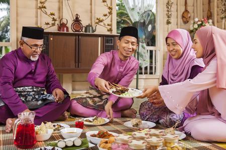 이드 축제 기간 동안 잔치를 벌이는 이슬람 가족