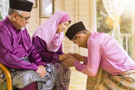 Traditional act of respect in Muslim family on Eid al-Fitr Banco de Imagens