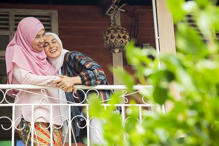 Vrouw knuffelt haar moeder Stockfoto