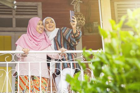 母亲和女儿采取自拍照