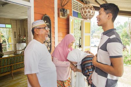 Miembros de la familia de regreso a casa para las celebraciones del Eid