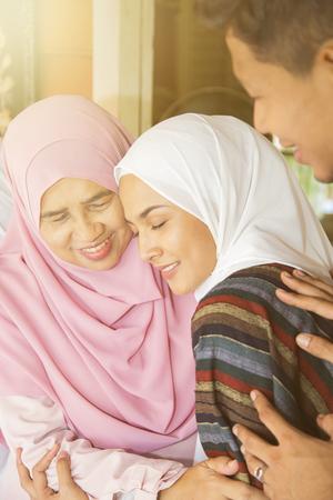 家庭成员回家为EID庆祝活动