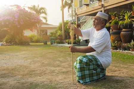Man mise en place d'une lampe torche en bambou