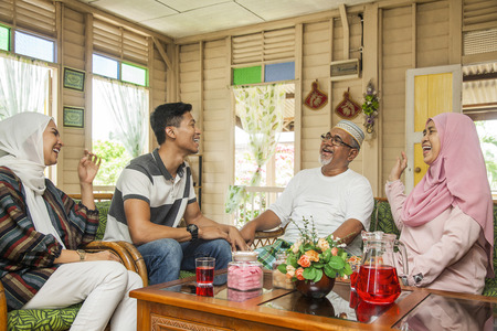 Familia malaya pasar tiempo juntos Foto de archivo
