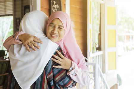 La mamma abbraccia sua figlia Archivio Fotografico