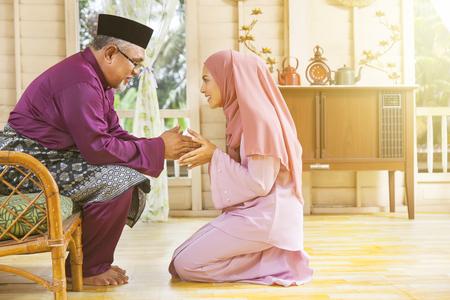 Atto di rispetto tradizionale nella famiglia musulmana su Eid al-Fitr