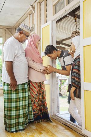I membri della famiglia tornano a casa per le celebrazioni dell'eid