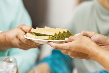穆斯林男子在开斋节期间给他的父母提供食物