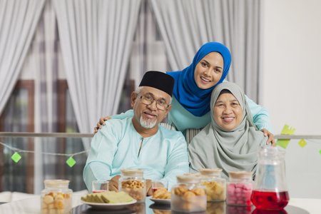 Happy Muslim family 免版税图像 - 121624491