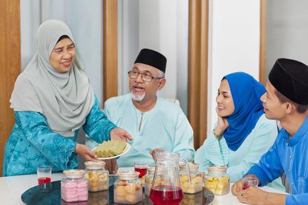 Muslim family feasting during the Eid celebration 免版税图像 - 121624529