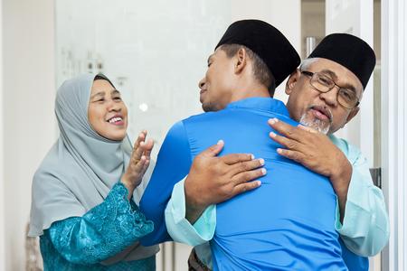 Hombres musulmanes saludándose